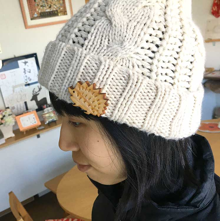 ニット帽にハリネズミのブローチ