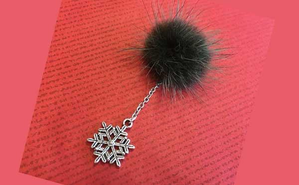 ミンクファーとチェーンと雪の結晶のブローチ
